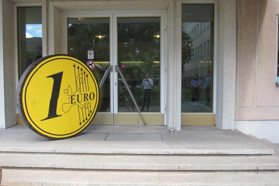 Der Euro steht bereit zur Übergabe.